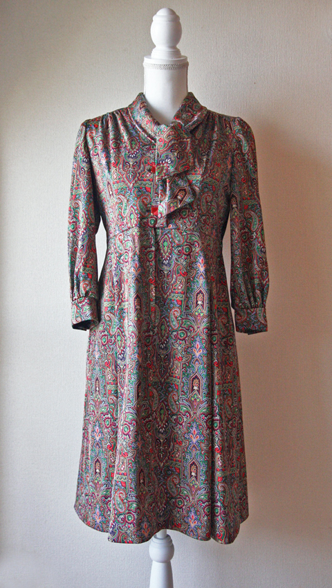 Tie collar dress with red and green Paisley pattern 1