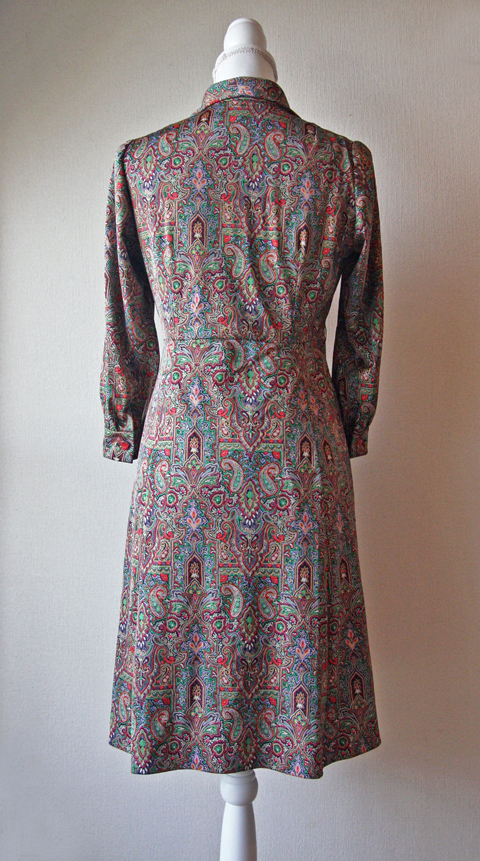Tie collar dress with red and green Paisley pattern 2