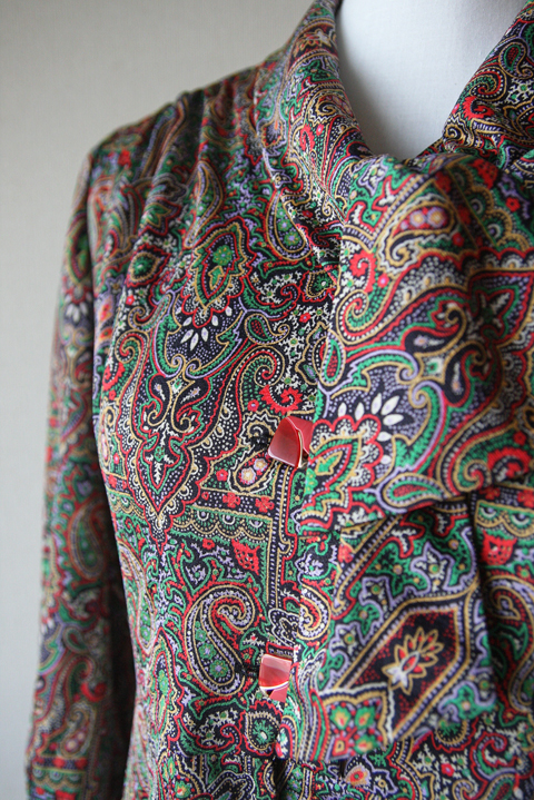 Tie collar dress with red and green Paisley pattern 4