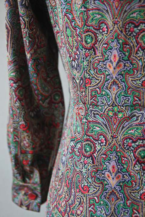 Tie collar dress with red and green Paisley pattern 5