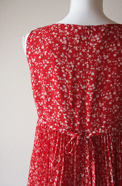 Elle Paris Sleeveless Red and White Floral Pleated mini dress